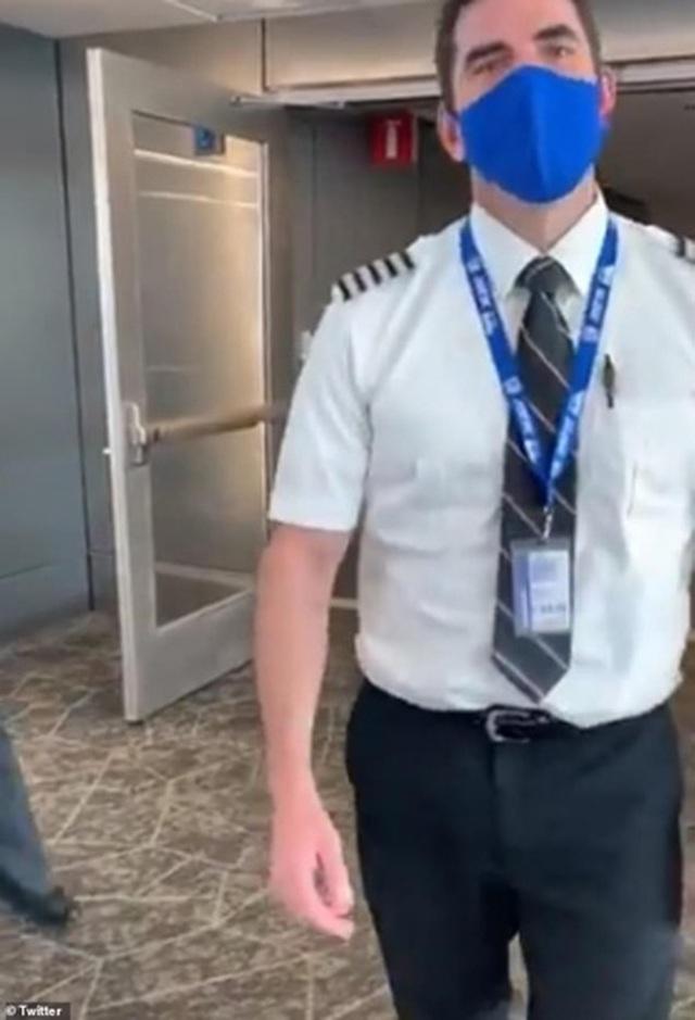 Nữ hành khách bị từ chối bay vì mặc áo 2 dây - 4