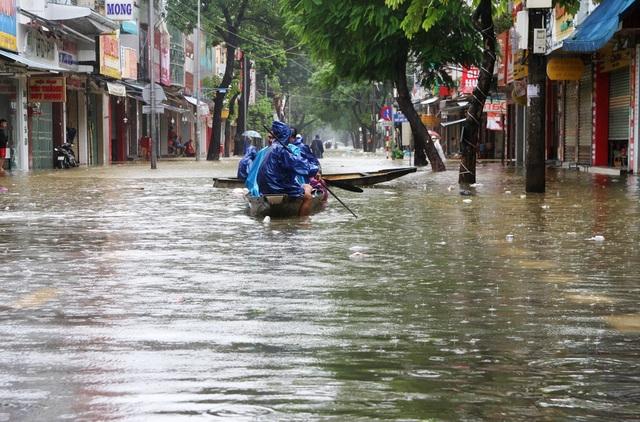 """Nước lũ tấn công, ghe di chuyển trên phố, TP Huế """"thất thủ""""! - 2"""