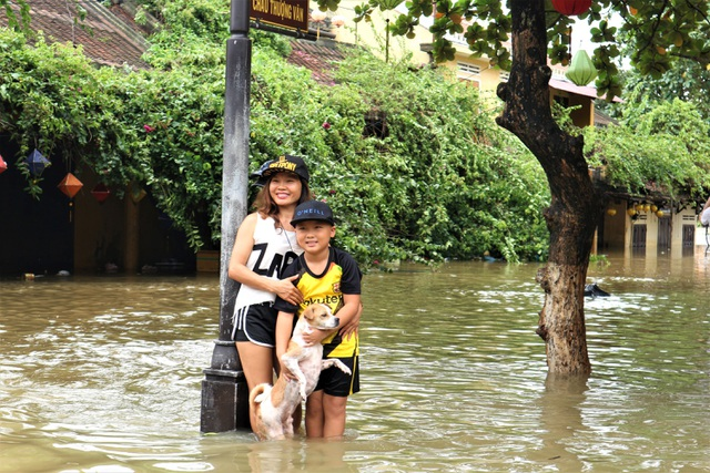 Du khách thích thú lội nước ngắm phố cổ Hội An mùa nước nổi - 10
