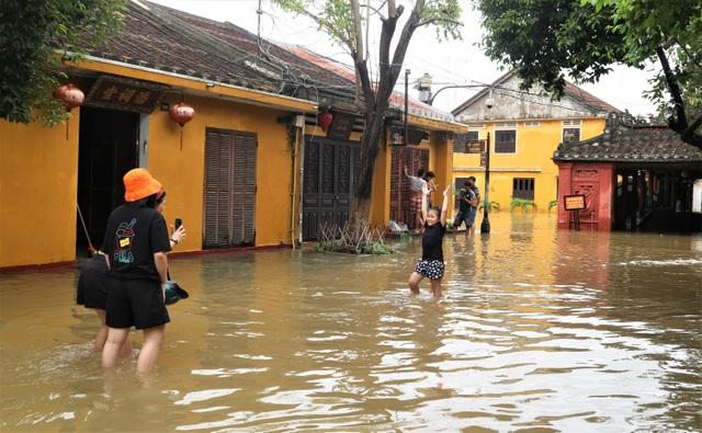 Du khách thích thú lội nước ngắm phố cổ Hội An mùa nước nổi - 11