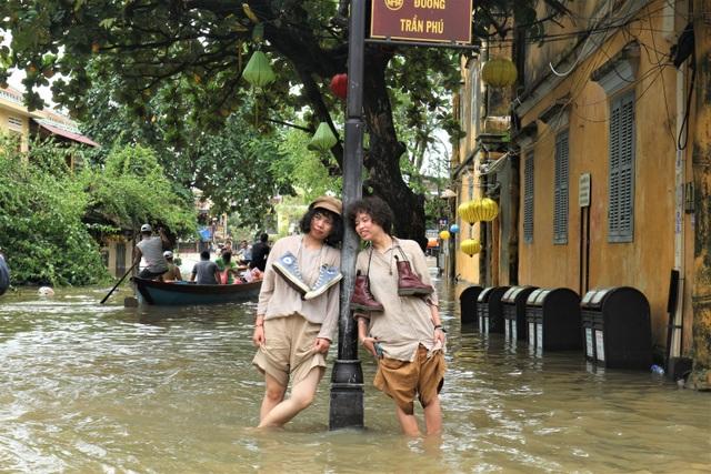 Du khách thích thú lội nước ngắm phố cổ Hội An mùa nước nổi - 12