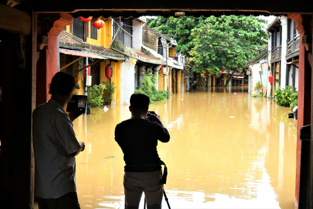 Du khách thích thú lội nước ngắm phố cổ Hội An mùa nước nổi - 13