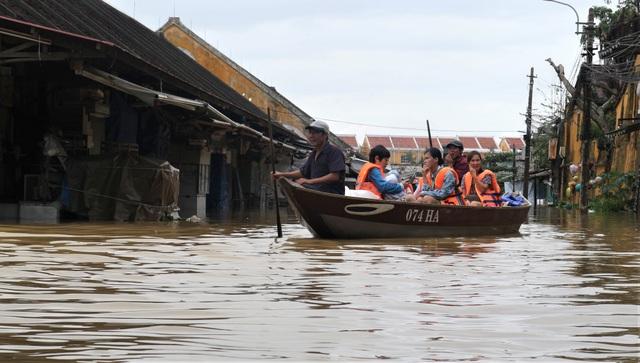 Du khách thích thú lội nước ngắm phố cổ Hội An mùa nước nổi - 14