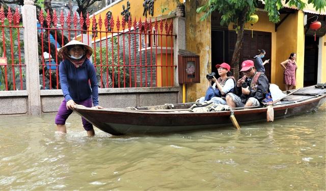 Du khách thích thú lội nước ngắm phố cổ Hội An mùa nước nổi - 15