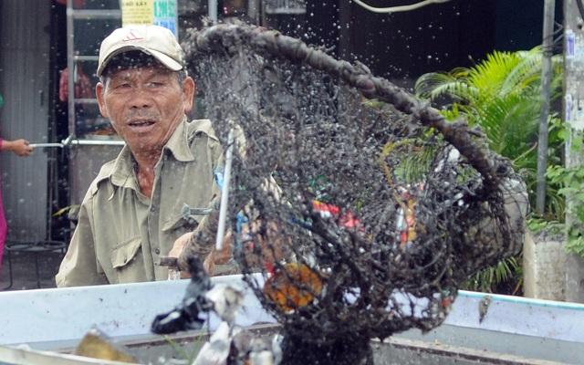 Người thương binh mỗi ngày vớt hàng trăm kg rác giải cứu dòng kênh - 6