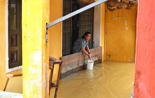 Du khách thích thú lội nước ngắm phố cổ Hội An mùa nước nổi - 16