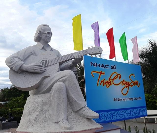 Khánh thành tượng Trịnh Công Sơn bên bờ biển Quy Nhơn - 1