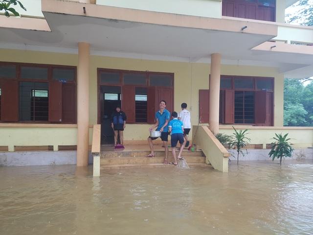 Quảng Bình: Trường học vùng rốn lũ dọn vệ sinh để sớm đón học sinh trở lại - 1