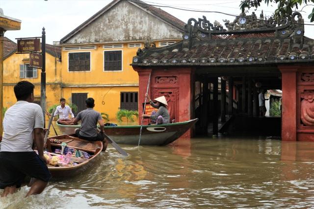 Du khách thích thú lội nước ngắm phố cổ Hội An mùa nước nổi - 6