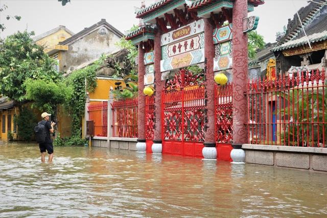 Du khách thích thú lội nước ngắm phố cổ Hội An mùa nước nổi - 7