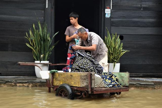 Du khách thích thú lội nước ngắm phố cổ Hội An mùa nước nổi - 8