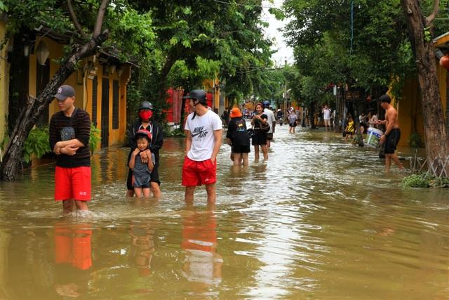 Du khách thích thú lội nước ngắm phố cổ Hội An mùa nước nổi - 9