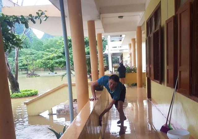 Quảng Bình: Trường học vùng rốn lũ dọn vệ sinh để sớm đón học sinh trở lại - 2