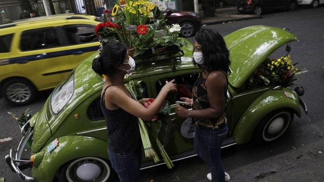 Biến xe Beetle cổ thành quầy bán hoa tươi trên phố thu hút mọi ánh nhìn - 1