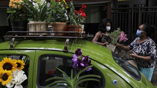 Biến xe Beetle cổ thành quầy bán hoa tươi trên phố thu hút mọi ánh nhìn - 2