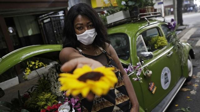 Biến xe Beetle cổ thành quầy bán hoa tươi trên phố thu hút mọi ánh nhìn - 3