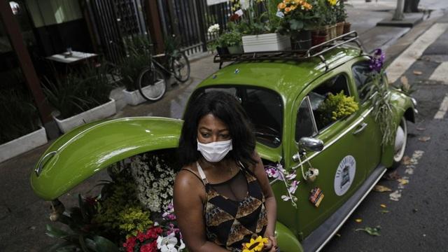 Biến xe Beetle cổ thành quầy bán hoa tươi trên phố thu hút mọi ánh nhìn - 6