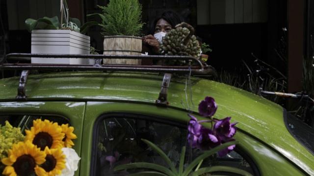 Biến xe Beetle cổ thành quầy bán hoa tươi trên phố thu hút mọi ánh nhìn - 8