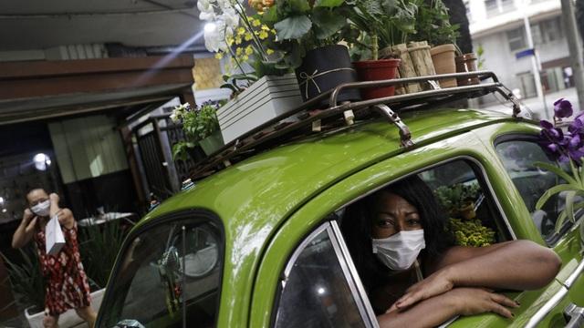 Biến xe Beetle cổ thành quầy bán hoa tươi trên phố thu hút mọi ánh nhìn - 7