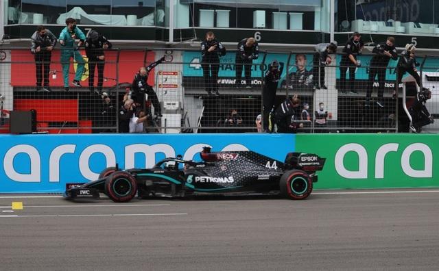 Viên ngọc đen Lewis Hamilton san bằng kỷ lục của huyền thoại Schumacher - 8