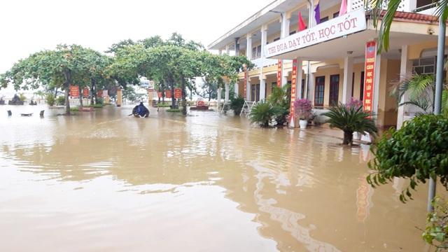 Quảng Bình: Trường học vùng rốn lũ dọn vệ sinh để sớm đón học sinh trở lại - 8