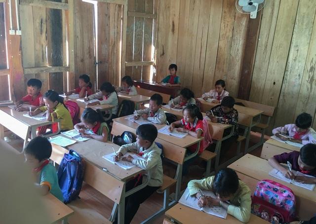 Lớp học xuống cấp, mỗi trận mưa to cả trăm em học sinh bỏ chạy lánh nạn - 4