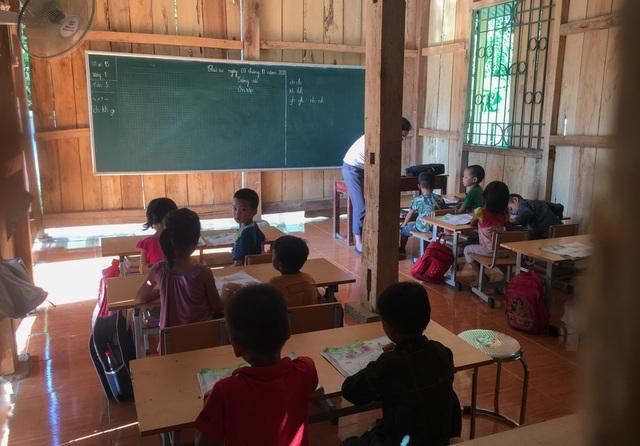 Lớp học xuống cấp, mỗi trận mưa to cả trăm em học sinh bỏ chạy lánh nạn - 3