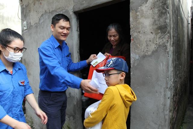 Lan tỏa yêu thương tới người dân xóm ngụ cư nơi chân cầu Long Biên - 1