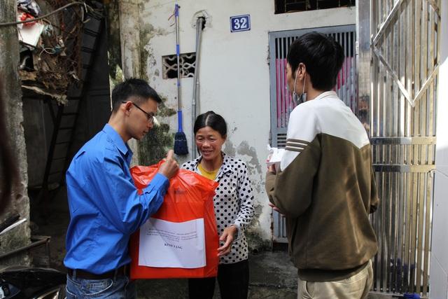 Lan tỏa yêu thương tới người dân xóm ngụ cư nơi chân cầu Long Biên - 3