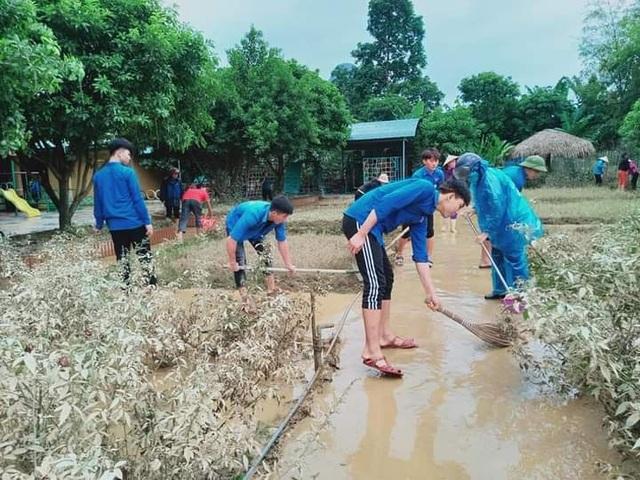 Quảng Bình: Trường học vùng rốn lũ dọn vệ sinh để sớm đón học sinh trở lại - 7