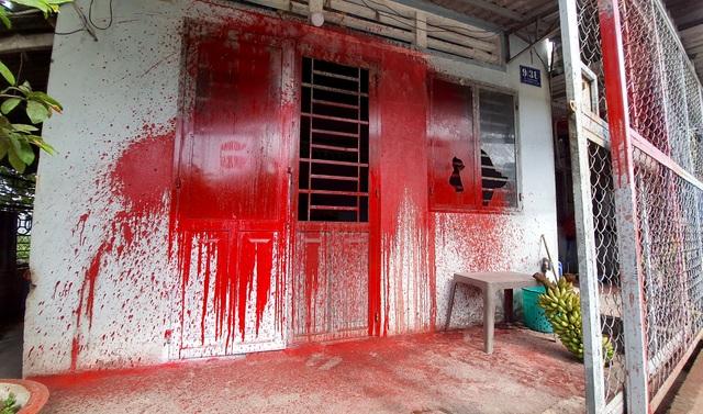 Nhóm côn đồ đến nhà người đàn ông đã chết tạt sơn để đòi nợ - 1