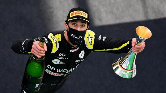 Viên ngọc đen Lewis Hamilton san bằng kỷ lục của huyền thoại Schumacher - 12