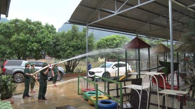 Quảng Bình: Trường học vùng rốn lũ dọn vệ sinh để sớm đón học sinh trở lại - 6