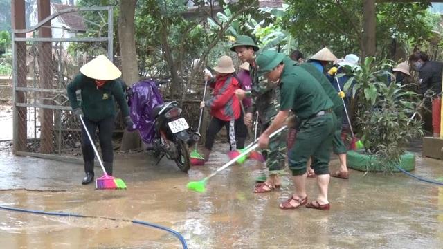 Quảng Bình: Trường học vùng rốn lũ dọn vệ sinh để sớm đón học sinh trở lại - 5