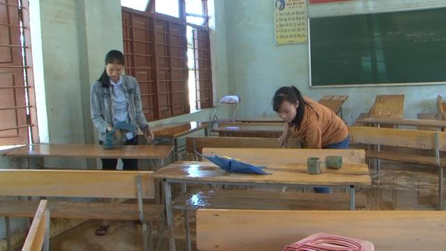 Quảng Bình: Trường học vùng rốn lũ dọn vệ sinh để sớm đón học sinh trở lại - 3