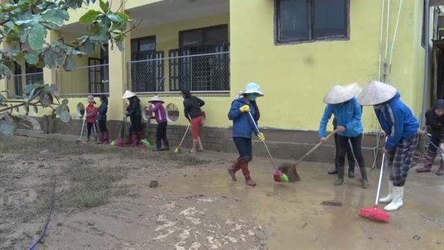 Quảng Bình: Trường học vùng rốn lũ dọn vệ sinh để sớm đón học sinh trở lại - 4