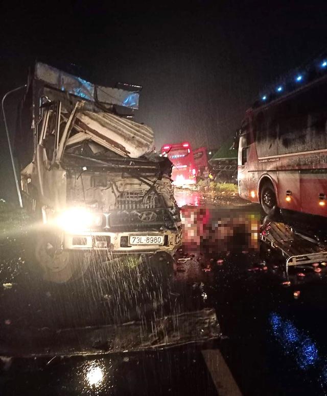 Xe khách vượt ẩu gây tai nạn liên hoàn, 1 người chết, 4 người bị thương - 1
