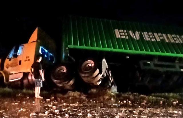 Xe khách vượt ẩu gây tai nạn liên hoàn, 1 người chết, 4 người bị thương - 2