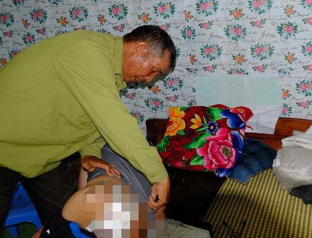 Xót cảnh cha già chăm con liệt giường ở tận cùng của sự khốn khó - 3