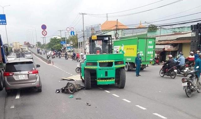 Bị xe nâng kéo lê trên đường, người đàn ông chết thảm - 1