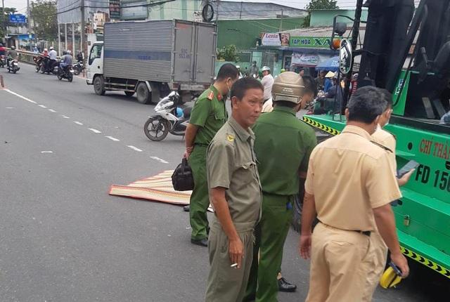 Bị xe nâng kéo lê trên đường, người đàn ông chết thảm - 2