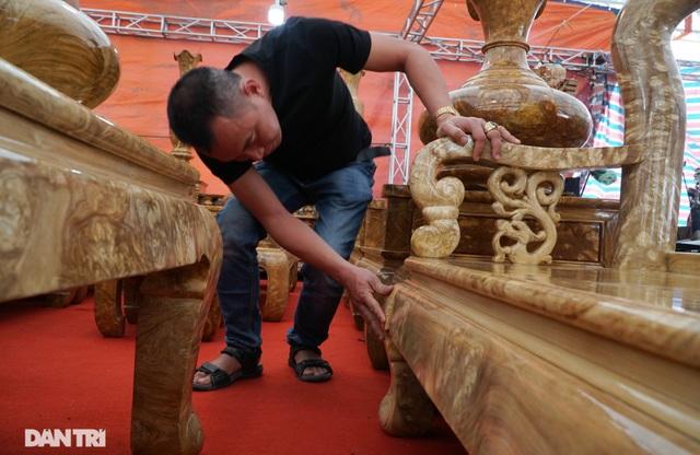 Chiêm ngưỡng bộ bàn ghế gỗ nu nghiến hơn 500 triệu đồng ở Hà Nội - 2