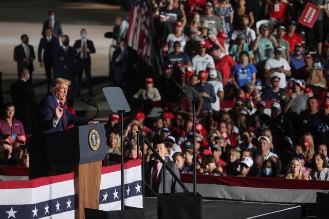 Bầu cử Mỹ 2020: Ông Trump tràn đầy năng lượng khi trở lại đường đua - 1