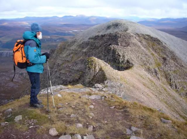 Cụ ông 80 tuổi leo 282 ngọn núi ở Scotland để tôn vinh người vợ mất trí - 3