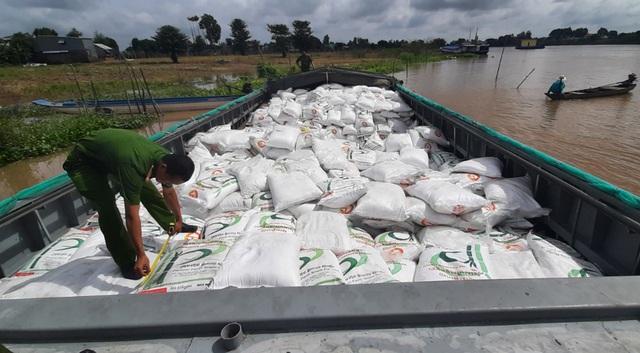 Bắt quả tang 2 vợ chồng vận chuyển 100 tấn đường cát nhập lậu - 3