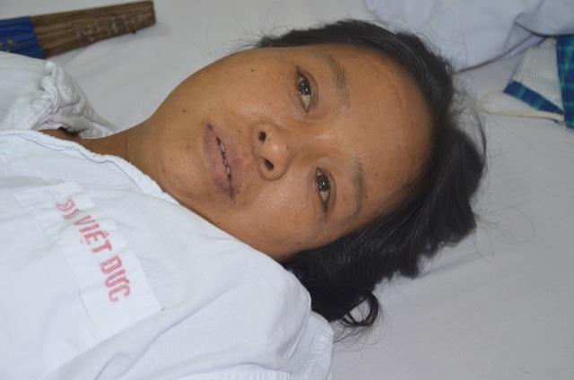 Đau nhói lòng cảnh người phụ nữ đi hái chè thuê bị bệnh tật quật ngã - 1