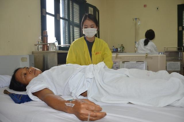 Đau nhói lòng cảnh người phụ nữ đi hái chè thuê bị bệnh tật quật ngã - 3