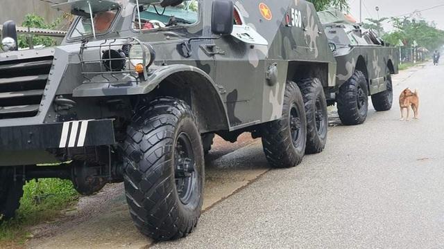 Bộ đội cùng xe đặc chủng đến gần công trình thủy điện nghi sạt lở - 2