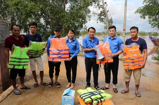 """Thanh niên tham gia cứu nạn trên biển nhận huy hiệu """"Tuổi trẻ dũng cảm"""" - 3"""
