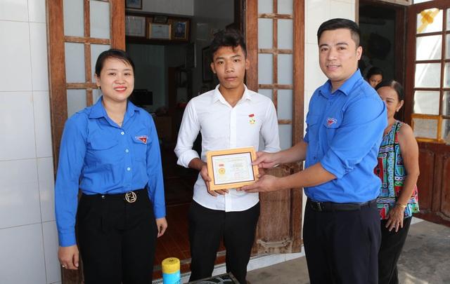 """Thanh niên tham gia cứu nạn trên biển nhận huy hiệu """"Tuổi trẻ dũng cảm"""" - 2"""